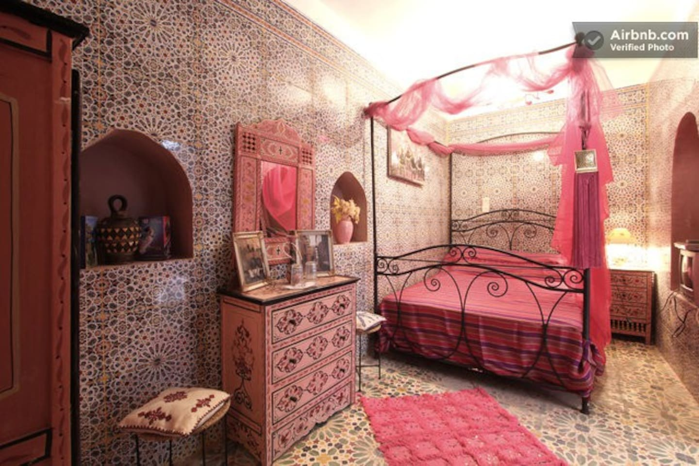 The pink room is the only bedroom at the bottom floor of the riad. It has a private bathroom.