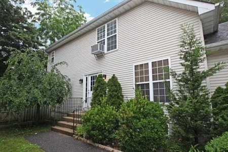 Beautiful Colonial home, 3 min walk to the train! - Hus