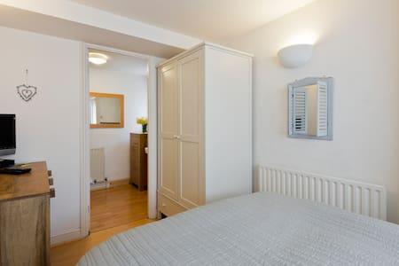 Ground floor ensuite double bedroom - Bed & Breakfast