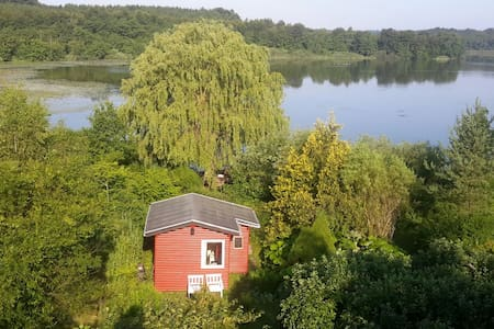 Primitive cottage right by the lake - Bed & Breakfast