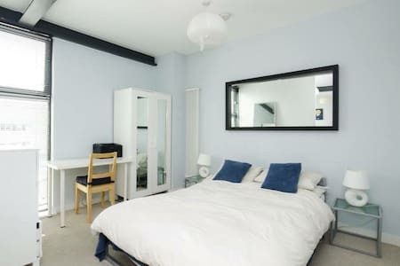Double room in brightly decorated apartment, real bed, wardrobe, shared bathroom, open plan Kitchen/Living with microwave, dishwasher, washing machine, WiFi. I live in the apartment so am always available. For 1-2 guests.