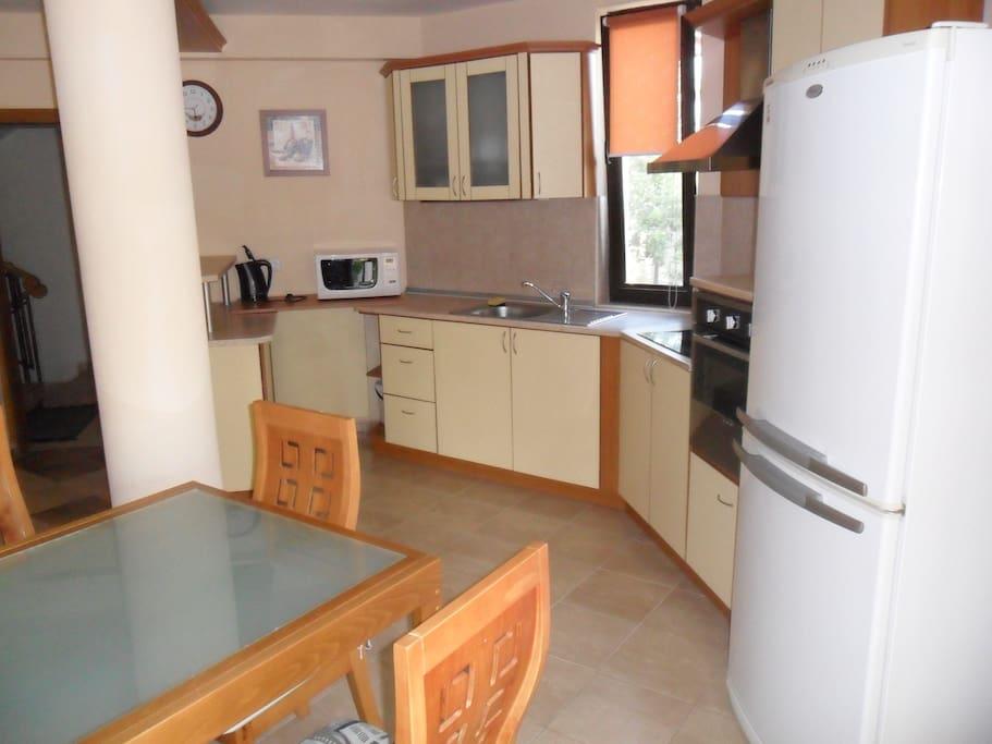 Кухня совмещенная с гостинной50м кв .