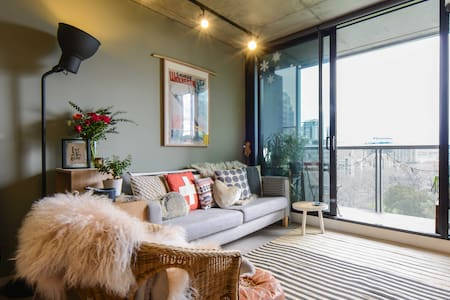 Our chic industrial style apartment overlooks the gorgeous Flagstaff gardens. Beautiful views with easy access to everything! We are in the free tram zone, 2 min walk to the train station, 5 min walk to the Queen Vic Markets.  Relax, explore & enjoy!
