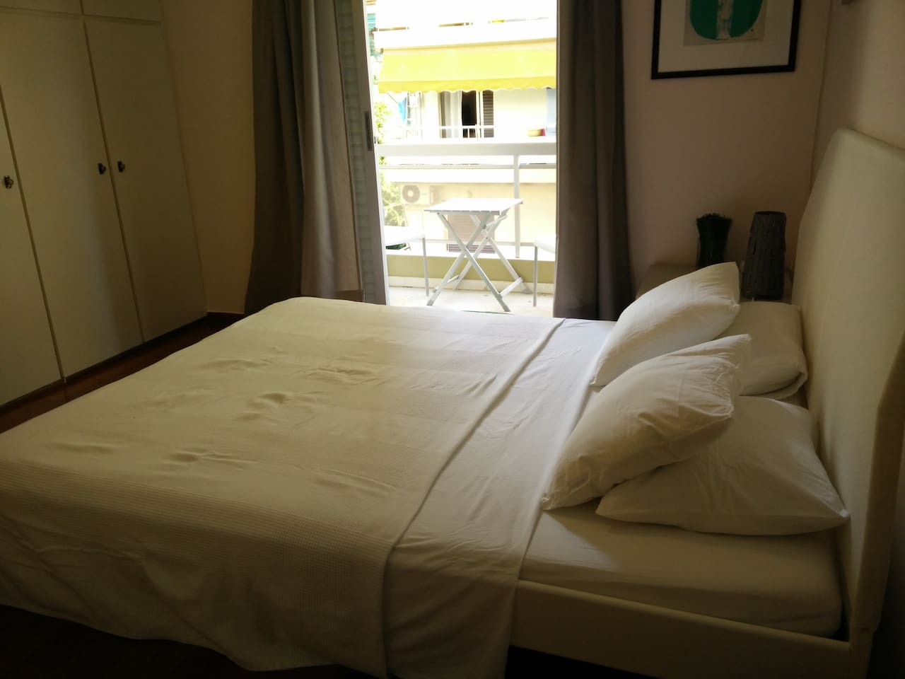Room with private balcony, airconditioning, desk and lots of storage space