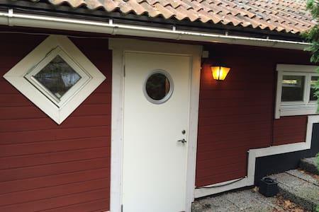 Cottage 20 min. from Stockholm - Zomerhuis/Cottage