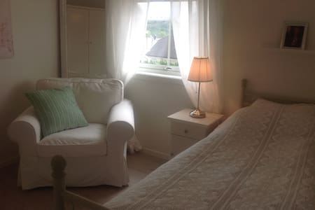 Room in new villa, all facilities - free parking - Ålesund - Casa
