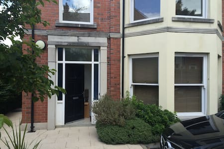 Modern ground floor 2 bedroom apt - Holywood - Pis