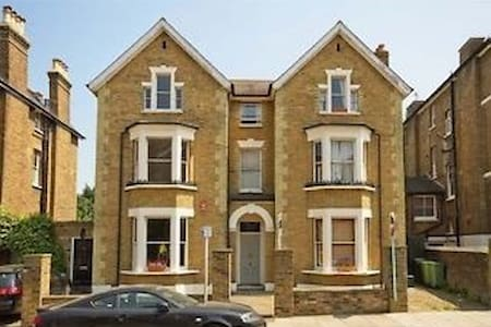 Budget accommodation in the heart of Richmond! Close to Richmond station and the high street with busy clubs and bars. Please note, the flat doesn't have a lounge. Bathroom and kitchen are shared with two working professionals.