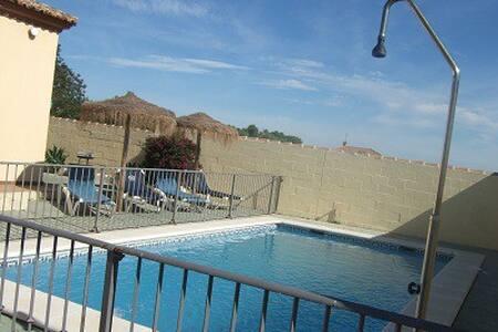 Chalet en chiclana con piscina zona muy tranquilaa - Chalé