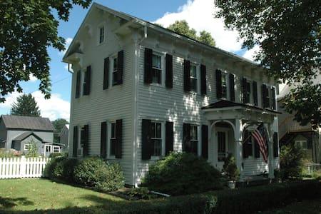Historic Home in Charming Boalsburg - Ház