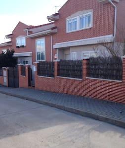 Dormitorio + Salón , 5 huespedes - Huis