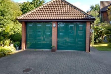 Single Room, Private Lounge & Bath - Shenley Brook End - House
