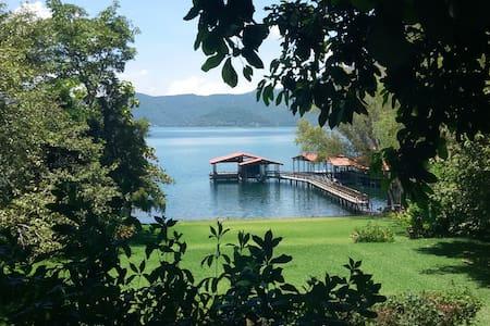 Carabalí in Lake Coatepeque - Ház