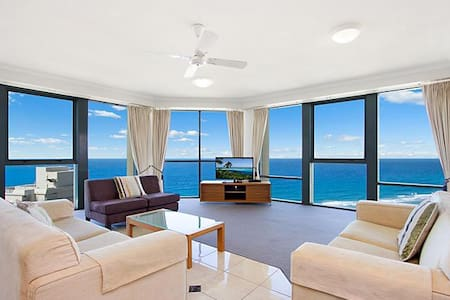 This 2 bed 2 bath apartment enjoys stunning ocean views from the 28th floor.