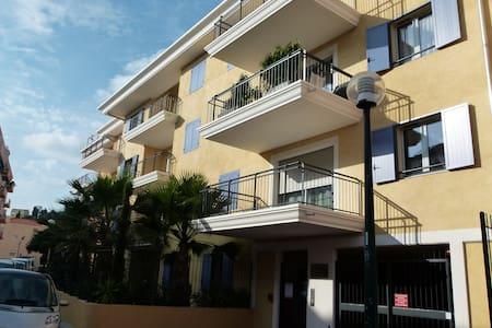 Charmant 2 pièces+ parking / balcon - Apartment