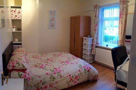 Comfortable double bedroom - Newcastle upon Tyne