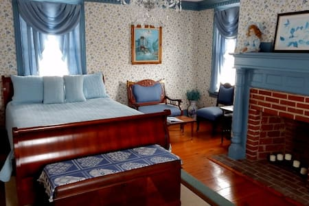 Bedroom w/private bath - Disputanta - Bed & Breakfast