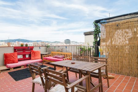 The house is perfectly located in the center of Barcelona-El Raval, bewteen the antic barrio Gótic and vivid neighbourhood Poblesec. Walk 2-5mins to 3metro stops. Here are lots of bars, restaurant and supermarkets nearby