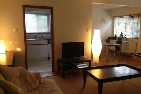 This is a large bedroom and private bathroom in a very central location. A nice, comfortable stay with a host that knows the city very well.