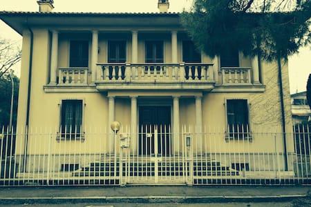 Private room in a villa close to Milano - Buccinasco - Villa