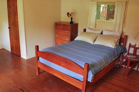 Piglet- comfy cabin in the woods - Montville