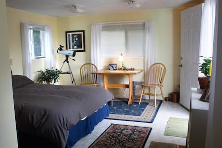 Bedroom with Garden Pathway to Town - Astoria - Bed & Breakfast