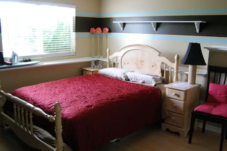 Private Room & Bath 3 Mins From Fwy