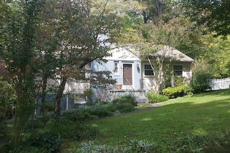 Charming 2BR/1BA 4 miles from UT&DT - Knoxville - House