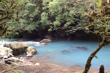 Cabinas Piuri costarica río celeste