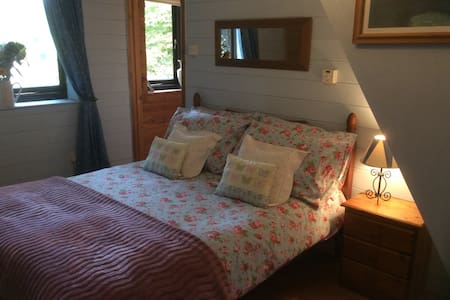 Cosy village double room en-suite. - Talo