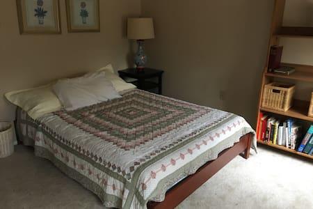 One bedroom close to Annapolis.  Full bath. - Riva - Hus