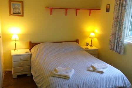 Large double room in family house - Casa