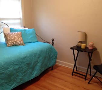Sweet guest room in lovely home