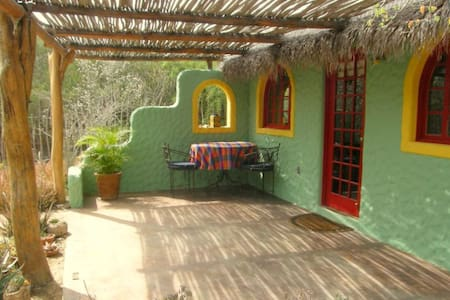 Peaceful, Private Garden Casita - Hytte
