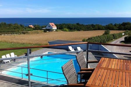 Med havudsigt (with sea view) og swimmingpool. - Lejlighed