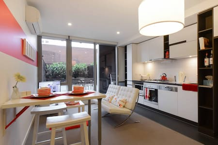 Cosy, modern 1BR apartment with a large private courtyard in Melbourne's cosmopolitan South Yarra. Surrounded by endless selection of restaurants, shops and cafes, with public transport access just a minute away. Short and long term stays welcome.