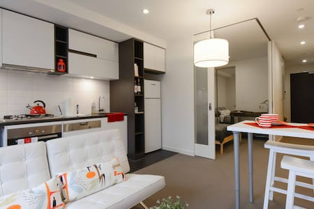 1BR + Big Courtyard, Great Location, Late Checkout - South Yarra - Apartment