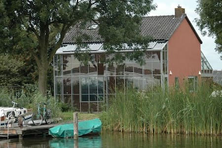 Welcome to our beautifull Villa right on the Braassemer lake. Situated 15 minutes from Schiphol Airport and 20 minutes to Amsterdam and Leiden.  A super cozy and comfortable house in full plus the B&B in the garden with separate Bed and Bathroom.