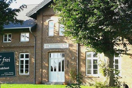 Altes Bauernhaus mit 2Schlafzimmern - Groß Buchwald - Bed & Breakfast