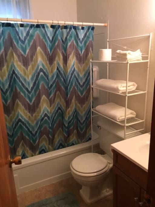 Full bathroom with fresh towels and washcloths