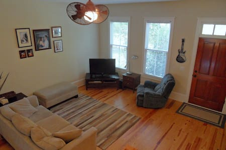 Townhome off 129, Easy Drive to UGA - Radhus