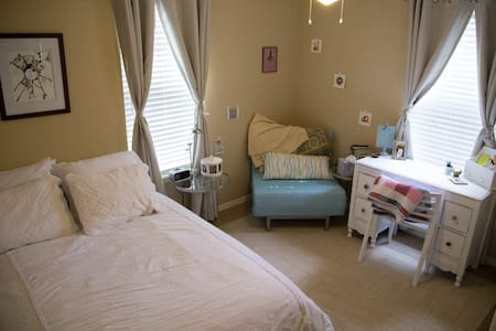 Cute Shabby Chic Room in E. Austin