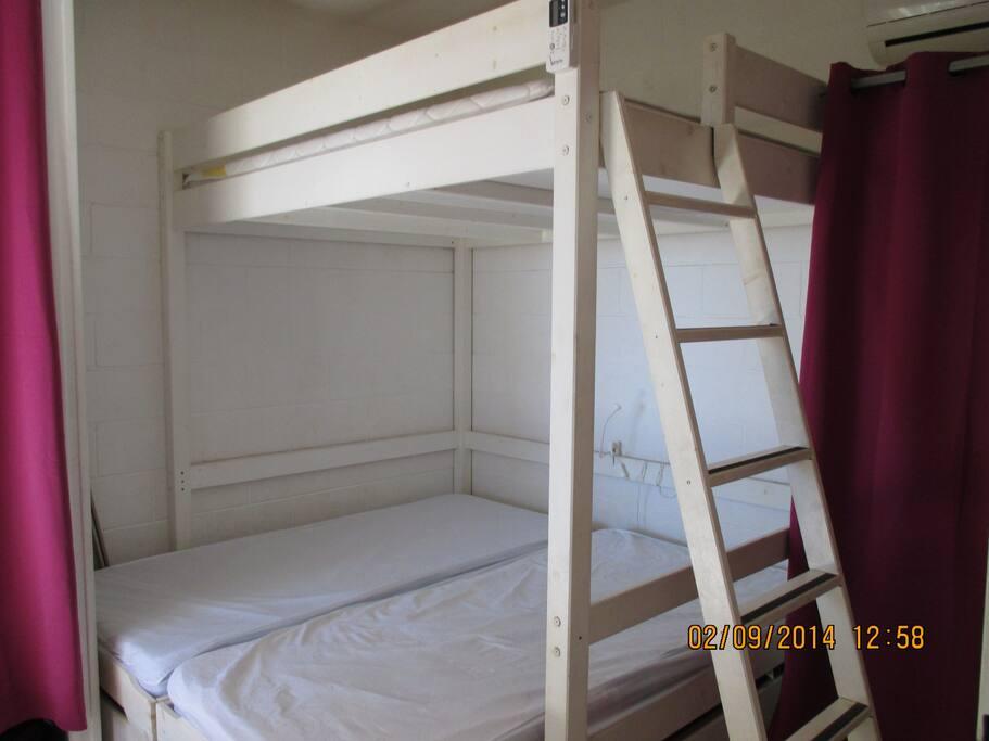 Chambre climatisée avec 4 couchages et deux placards
