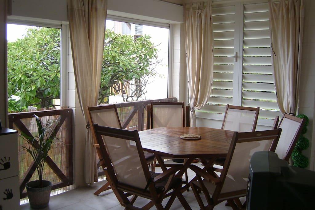 Séjour terrasse ouvert sur l'extérieur et aéré