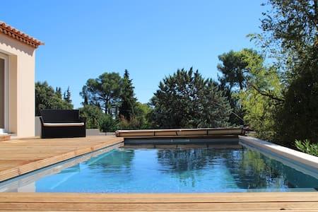 Villa neuve avec piscine et jardin