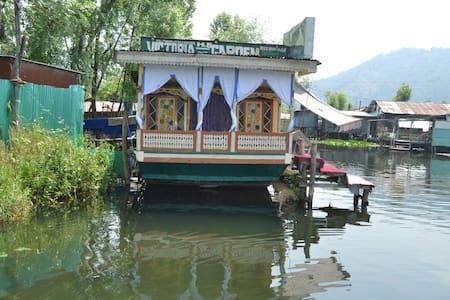 Victoria Garden House Boat Gate (7) - Maison