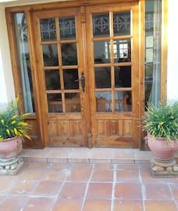 HABITACIÓN DOBLE CON BAÑO Y SALÓN CON T.V - Carcastillo - Casa