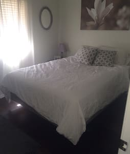 Relax at the pool, take a stroll in the park, or head downtown when staying in my condo! Close to Old Town Scottsdale and ASU! Enjoy the comforts of home on the road and meet my cuddly dog, Lola. Clean and cozy.