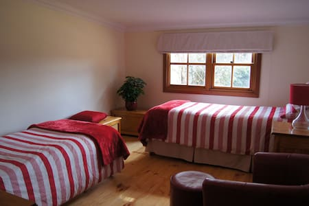 Upwoods Homestay Red Twin Room