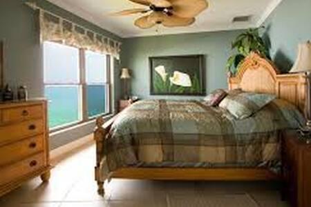 Seven Mile Beach Penthouse Condo - George Town - Kondominium